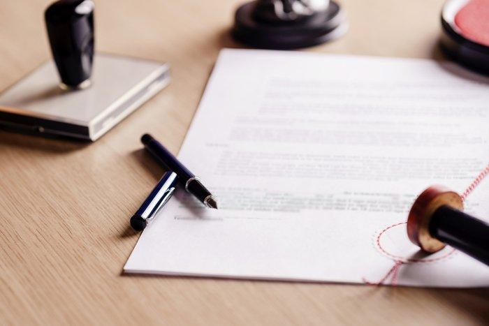 documento e accessori su un tavolo per assistenza burocratica