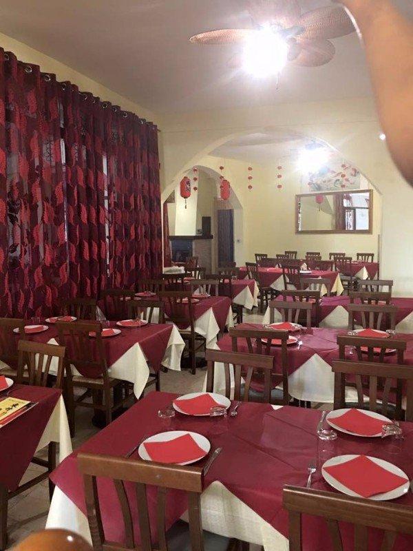 Interno del ristorante, mobili di legno,tavole bianche e rosse