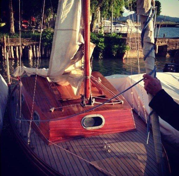 una barchetta a vela rossa