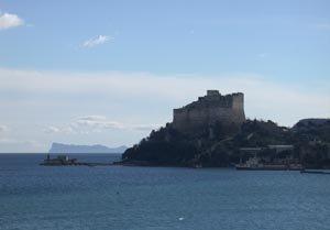 Castello di Baia con vista sul mare