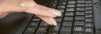 tastiera computer, dita donna, scrivere al computer