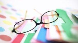 occhiali, cartelle colorate, ufficio