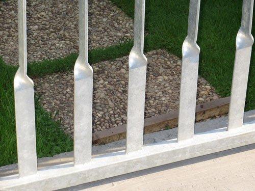 Dettaglio delle sbarre di un cancello visto dal basso