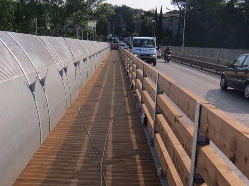 marciapiede in legno su un ponte