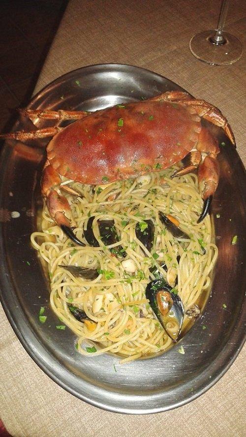 degli spaghetti con cozze e granchio