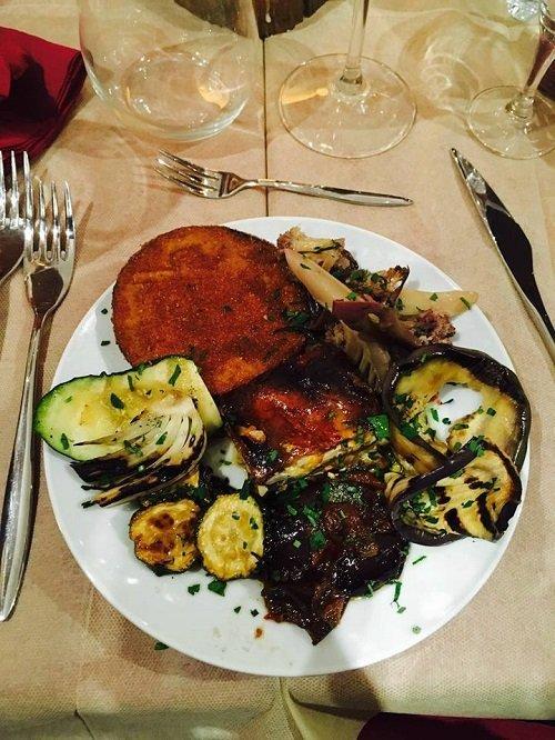 un piatto di verdure grigliate e pesce fritto