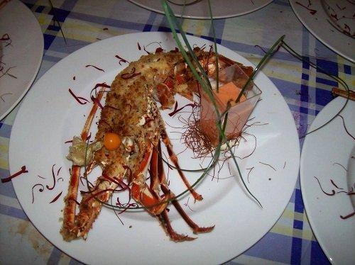 un piatto con aragosta