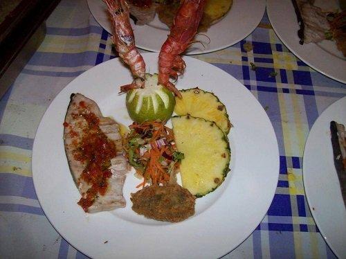 un piatto a base di pesce, verdure e due fette di