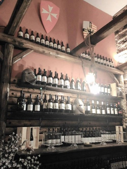 dei vini esposti su delle mensole