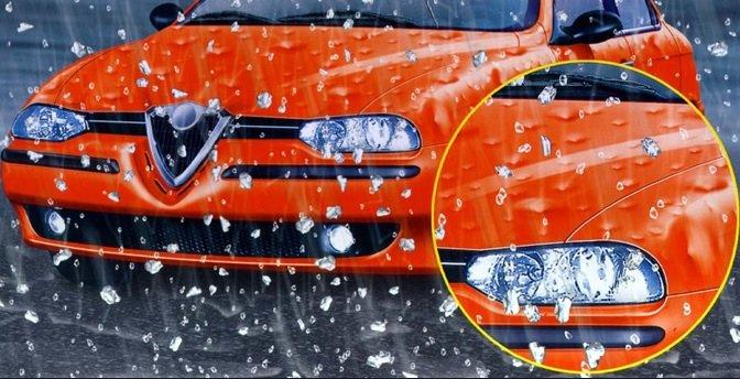 una macchina di color arancione e accanto un cerchio contenente l'immagine dettagliata del faro destro della vettura