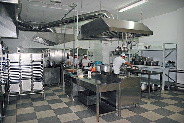 I cuochi al lavoro nella cucina ad Altamura