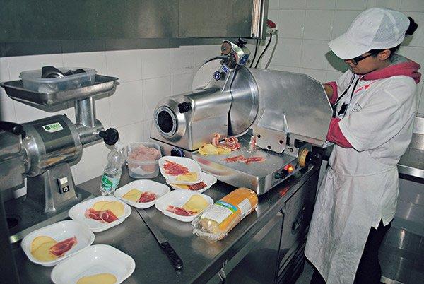La cuoca cucinando il cibo nella cucina ad Altamura