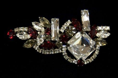 spilla con diamanti e rubini