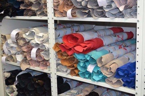 delle pelli di diversi colori esposte negli scaffali