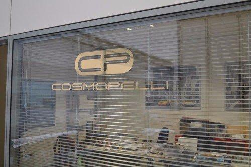 vista di un vetro con il logo Cosmopelli