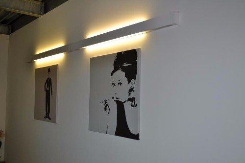 due quadri in bianco e nero e sopra una luce a muro accesa