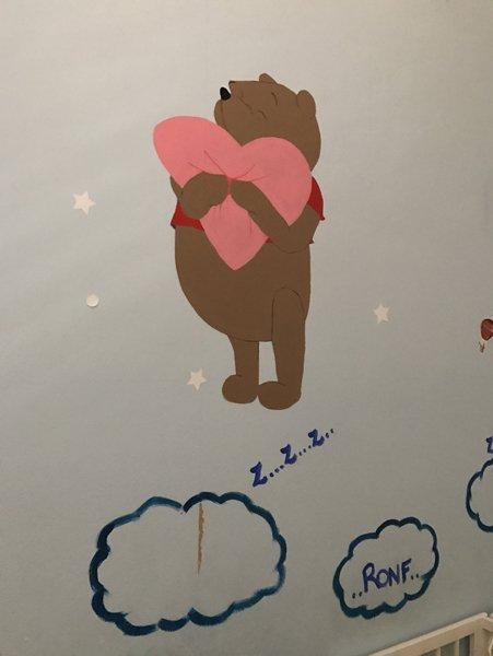 winnie the pooh che abbraccia un cuore rosa