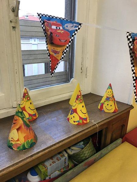 tavolo con cappellini di carta per festeggiare un compleanno