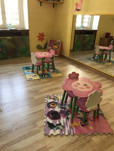 stanza  con tavolini per attivita ricreative bambini