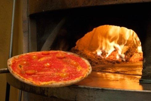 La pizza cotta nel forno a legna.