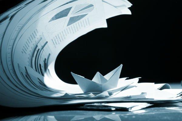dei documenti e un origami di carta