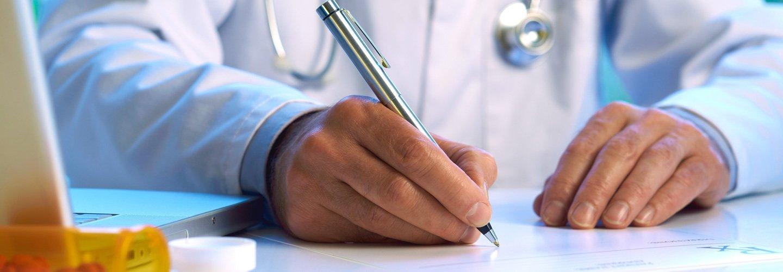 Dottore scrivendo il referto medico ad Altopascio