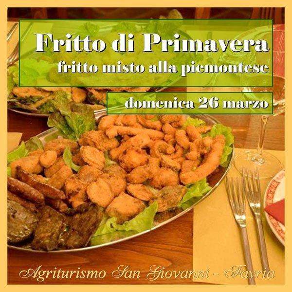 piatto di patate e pollo fritti