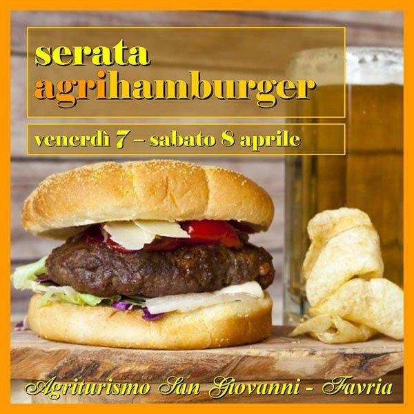 hamburger in un panino con patatine accanto