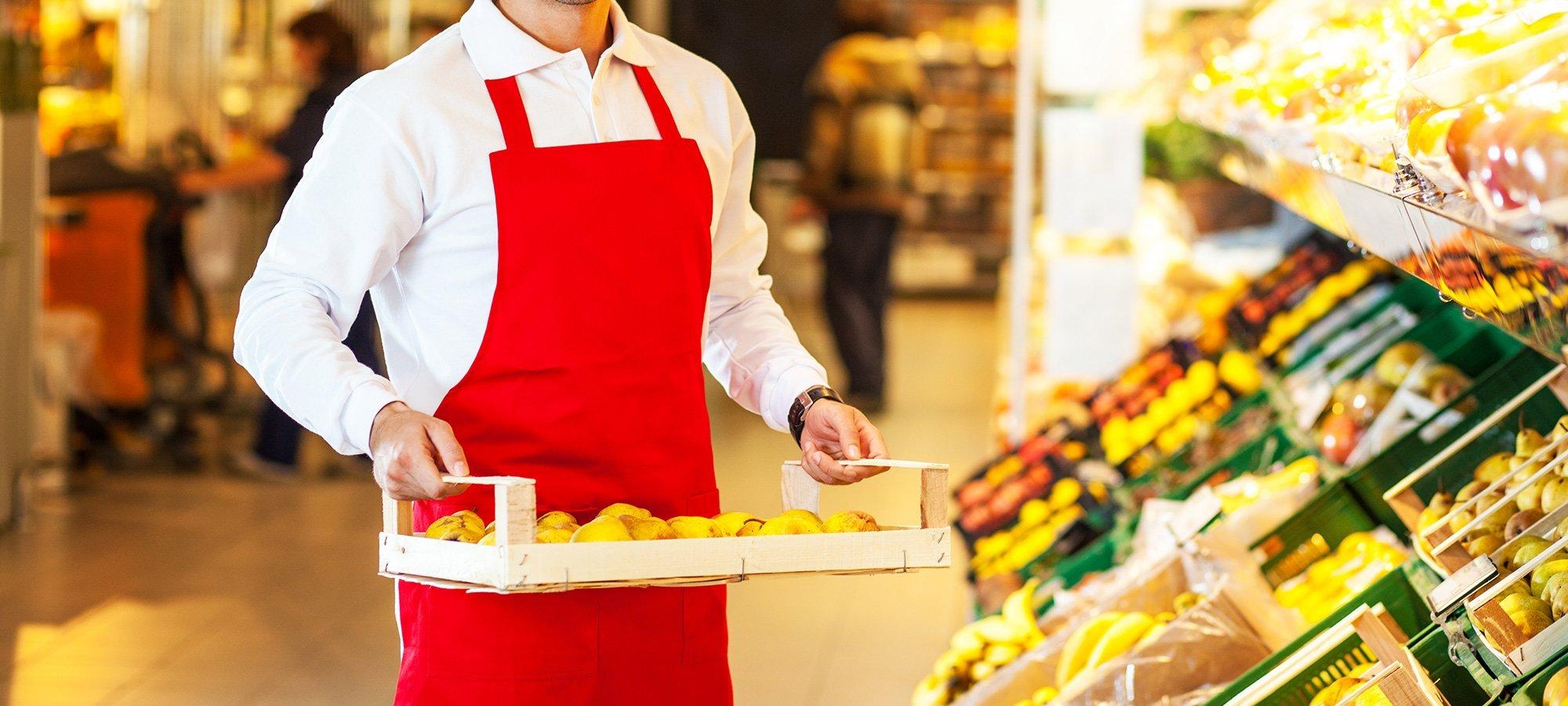 un addetto in un supermercato