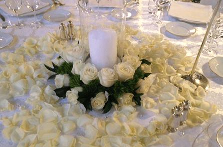 Centrotavola con rose e petali