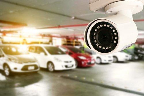 macchine in un autorimessa e una telecamera