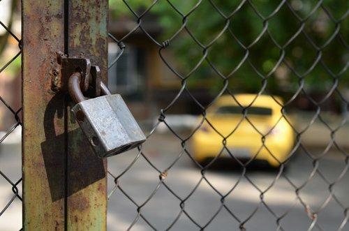 macchina chiusa dentro un parcheggio custodito