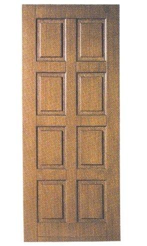una porta in legno con dei quadrati incisi