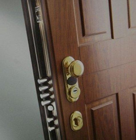 il pomello di una porta in legno