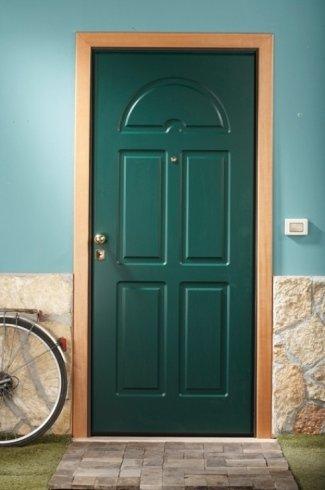 una porta in legno verde