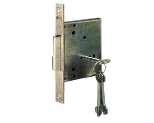una serratura in metallo con dentro una chiave
