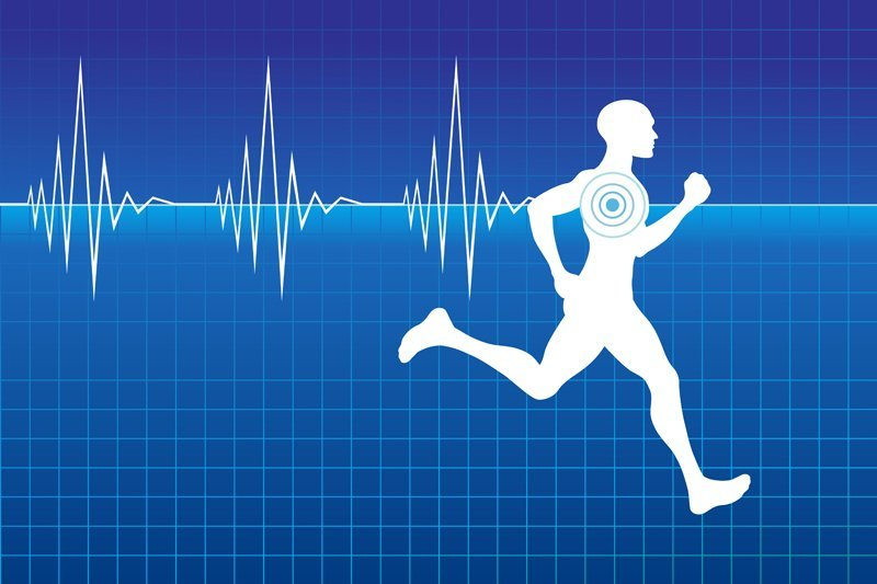 sportivo corre lungo la linea dell'elettrocardiogramma