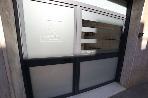 una porta di ingresso e la scritta Romanelli servizi funebri