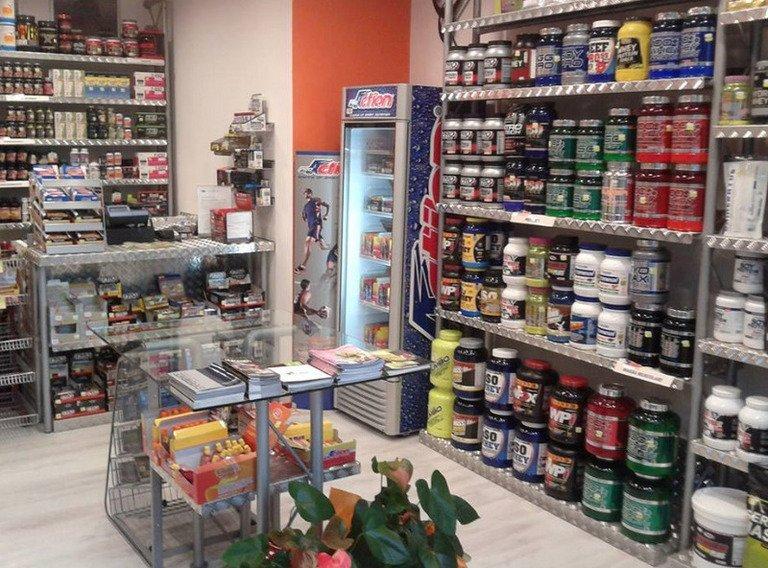 Interno di un negozio di integratori e proteine