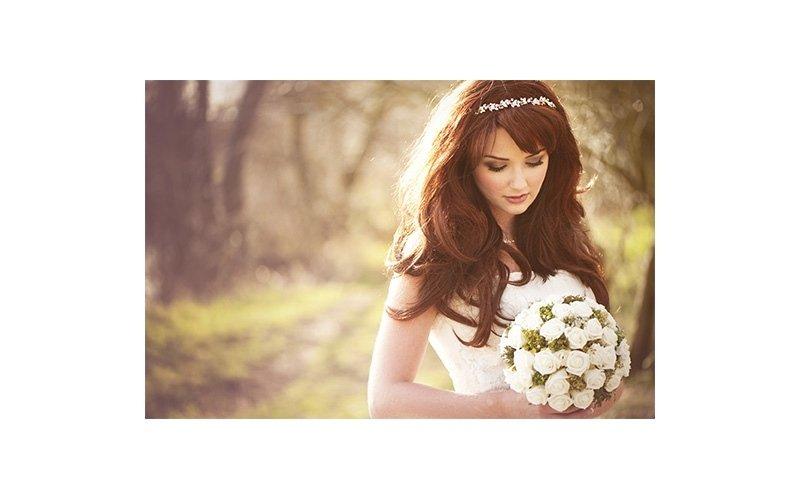 Sposa con capelli lunghi e fiori