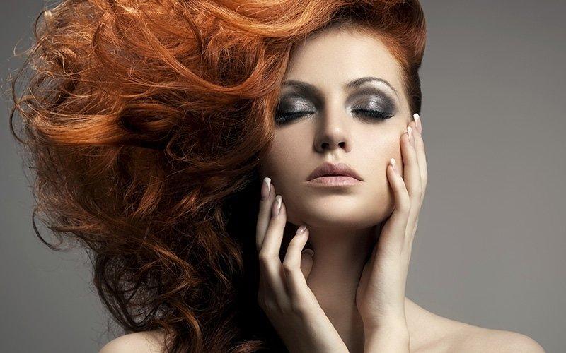 taglio donna con capelli mossi