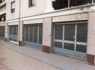 negozio con tre vetrine