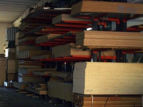 Primo piano di un magazzino per il legname