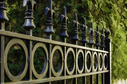 Dettaglio del cancello di ferro con circoli e barre con punte di diamante