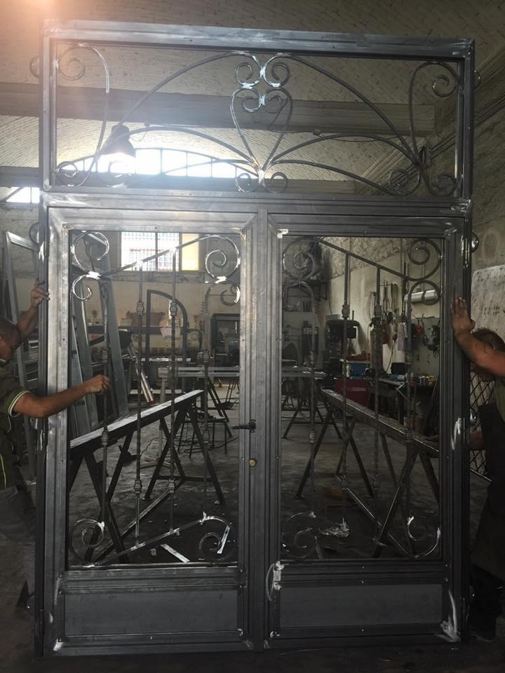 portone con ferro lavorato alla forgia