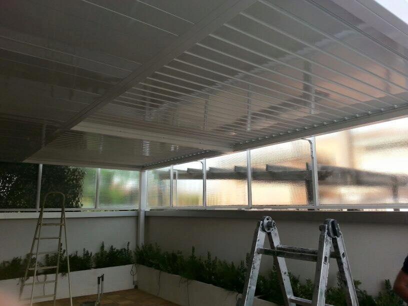 Struttura copertura terrazzo terminata con doghe frangi sole apertura automatica