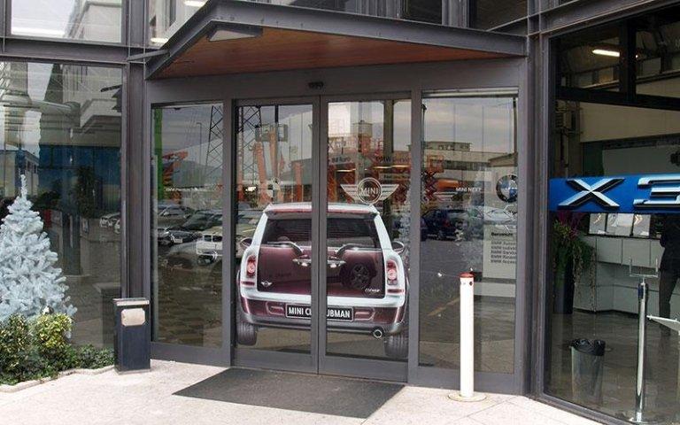porta scorrevole con adesivo auto