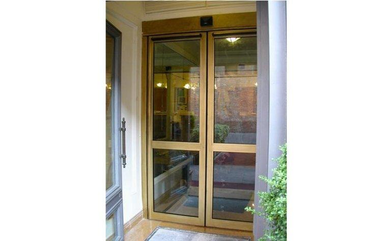 porta automatica a doppia apertura color oro