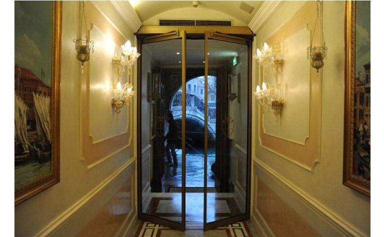 porta automatica per edificio storico a doppia apertura