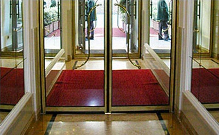 porta automatica a doppia apertura con maniglie